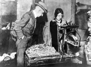 """Das Archivbild von 1923 zeigt das Abwiegen der Geldscheine, die während der Inflation nur noch Makulatur waren. Geldscheine waren zur Zeit der großen Inflation von 1919 bis 1923 kaum mehr Wert als Papier. Ein Liter Milch kostete 26 Milliarden Mark, für Brot mußten die Menschen 105 Milliarden Mark zusammentragen. Erst mit Einführung der Rentenmark am 16.11.1923 schöpften die verarmten Menschen wieder Vertrauen in den Wert des Geldes. dpa (zu dpa-Korr: """"Vor 75 Jahren - Wunder der Rentenmark beendet Jahre der Inflation"""" vom 12.11.1998)   nur s/w"""